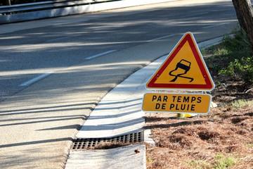 Panneau temporaire ' chaussée glissante '