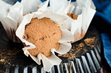 Шоколадные кексы на темном фоне