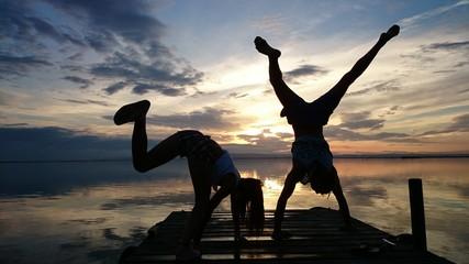 Jóvenes haciendo acrobacias