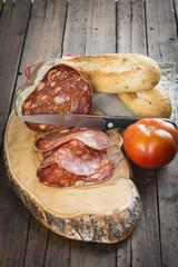 Lonchas de morcón Ibérico con pan y tomate para la merienda