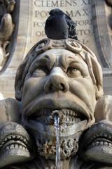 Paloma sobre escultura en Panteón de Roma