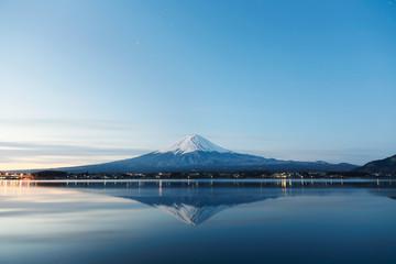 日の出前の冬の逆さ富士