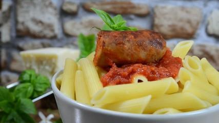 rigatoni pasta con salsa di pomodoro e salsiccia