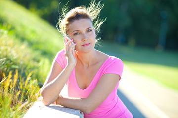 Девушка с телефоном летним днем