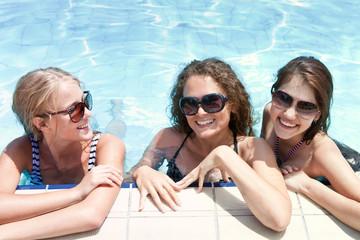 три девушки в очках в бассейне