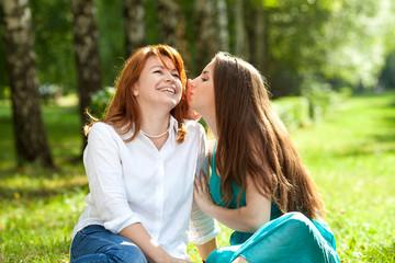 Мама и дочь беседуют на природе