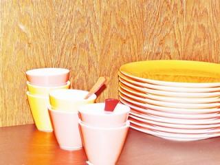 Assiettes et tasses colorées
