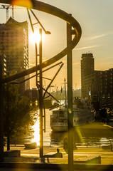 Gebaeude und Schiffe  der Hafencity in Hamburg im Gegenlicht
