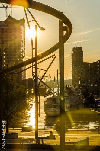 canvas print picture Gebaeude und Schiffe  der Hafencity in Hamburg im Gegenlicht