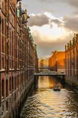 Abendstimmung und Barkasse in der Speicherstadt Hamburg