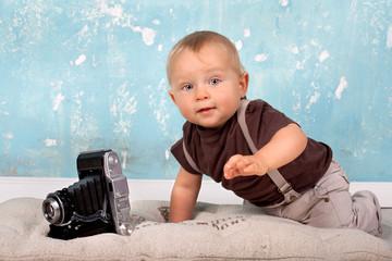 neugieriges Baby mit Kamera