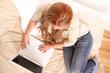 canvas print picture - Blondes Mädchen im Bett mit Laptop