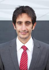 Portrait eines lächelnden Geschäftsmanns mit schwarzen Haaren