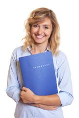 Frau mit blonden Locken und Bewerbung