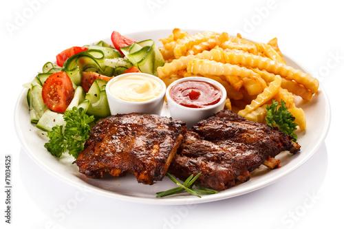 Deurstickers Klaar gerecht Tasty grilled ribs with vegetables
