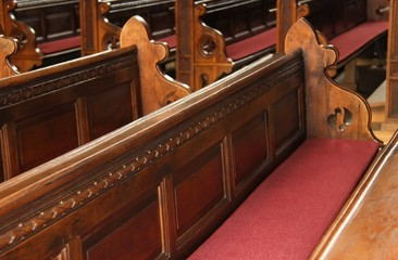 Leere Sitzbänke in Kirche