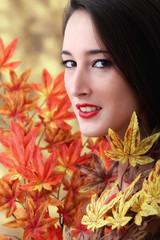Ritratto di ragazza.Foglie d'autunno