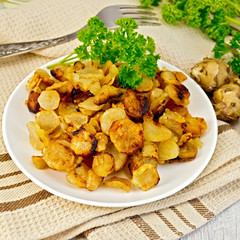 Jerusalem artichokes fried in dish on napkin