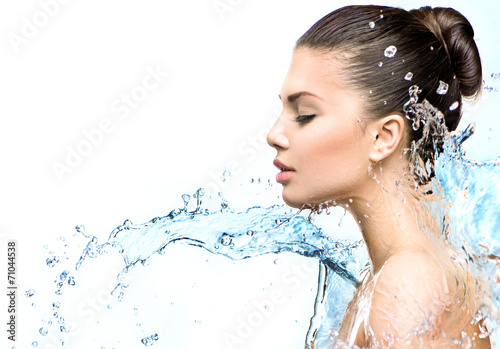 Beautiful model woman with splashes of water in her hands - 71044538