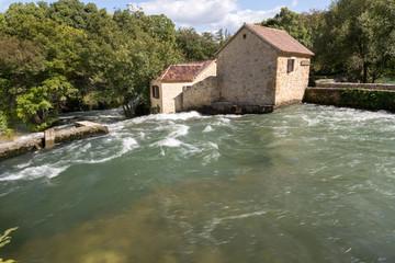 Rivière, maison et forêt