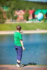 Мальчик со спины с воздушным шариком