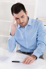 Business Mann krank im Büro: Kopfschmerzen, Migräne, Depression