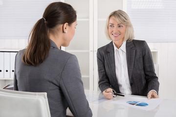 Zwei Frauen in einer Besprechung oder einem Meeting
