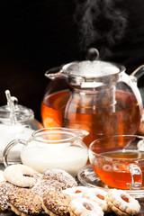 Heißer dampfender Tee mit Weihnachtskeksen