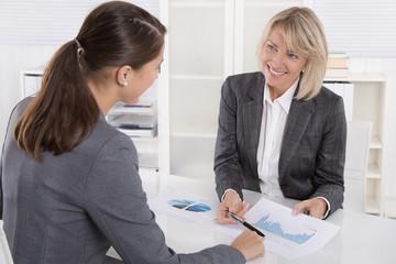 Zwei Frauen in einer Besprechung: Kunde und Berater