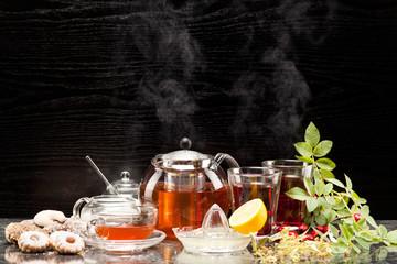Früchtetee mit Hagebutten und Lindenblüten im Teeservice