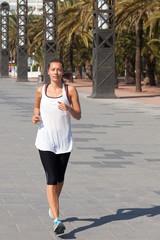 Frau macht Sport im Urlaub