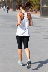 Frau joggt im Sommer