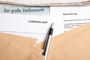 Bewerbung und Lebenslauf mit Stellenmarkt-Anzeige