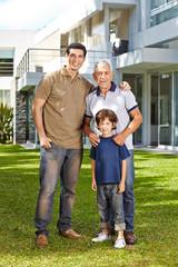 Familie in drei Generationen wohnt zusammen