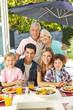 Familie bei gesunder Ernährung mit Salat