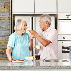 Paar Senioren beim Frühstück in Küche