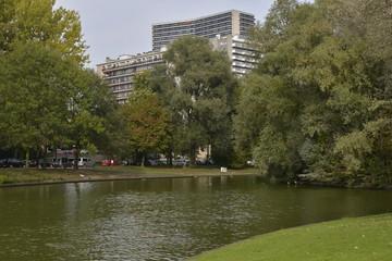 Le parc d'Anderlecht devant la cité J. Vives
