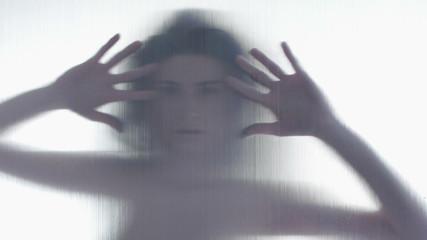Ragazza misteriosa in silhouette con mani fondo bianco