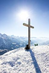 Croce in cima alla montagna con neve