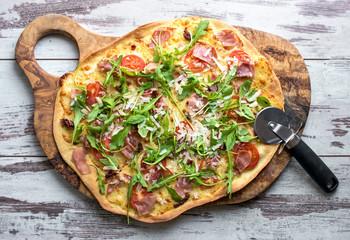 selbstgemachte Pizza auf Holzbrett