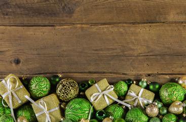 Weihnachtlicher Hintergrund oder Rahmen mit Geschenke und Holz