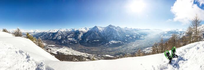 Panorama invernale con ciaspole