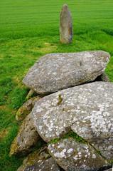 Dolmen und Menhir bei Moelan-sur-Mer in der Bretagne