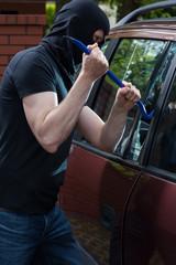 Robber breaks car window