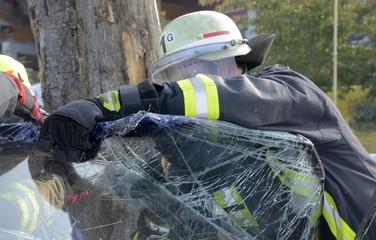 Feuerwehr bei Bergung nach Unfall