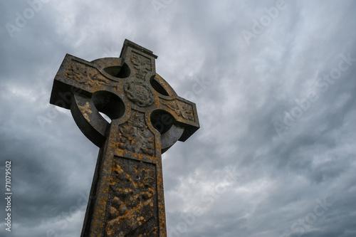 Tuinposter Begraafplaats celtic cross stormy sky