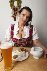 Frau mit bayerischen Weißwürsten