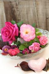 Rosenblüten mit rosa Steinherz