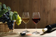 vino due bicchieri su tavolo di legno