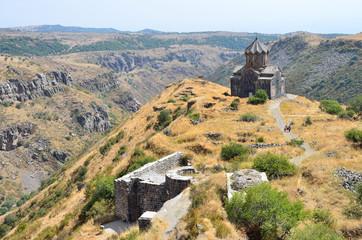 Церковь 11 века рядом с крепостью Амберд в Армении